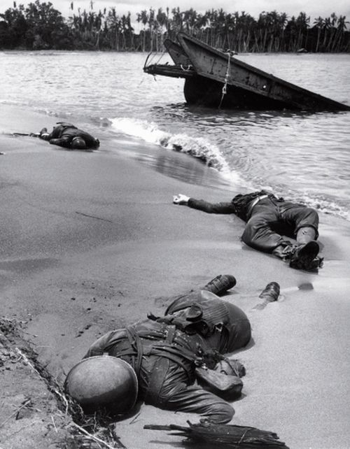 Bodies of 3 dead American soldiers lying