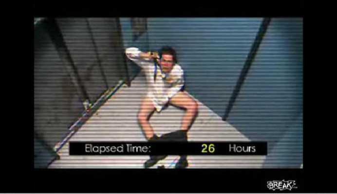 A ramas blocat in lift 41 de ore (Video)